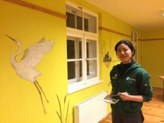 """Japāņu studente Ķemeru """"Meža mājai"""" dāvina unikālus sienu gleznojumus"""