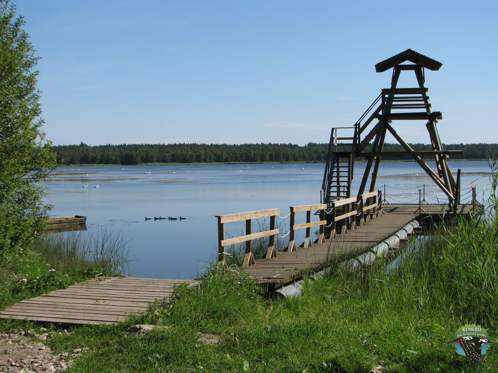 Peldošs putnu vērošanas tornis Slokas ezerā